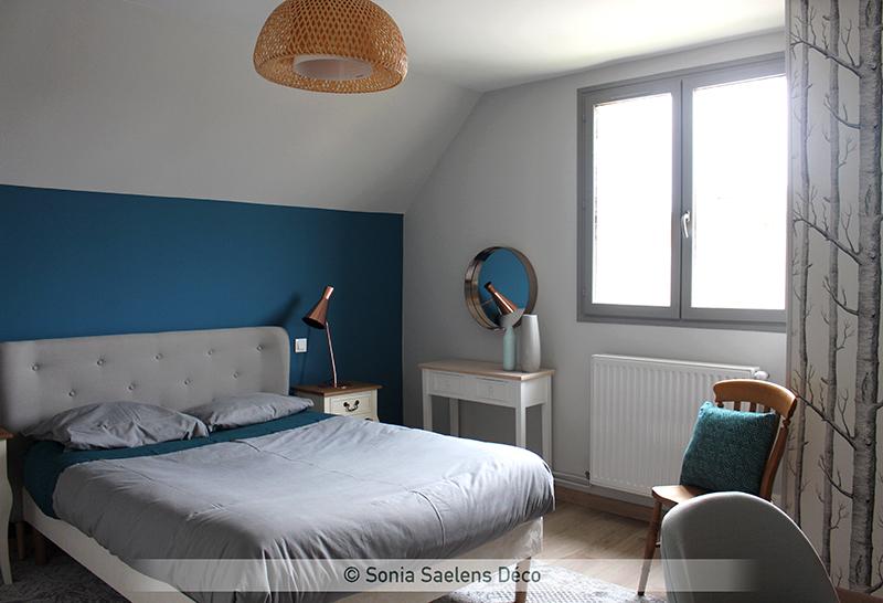 Bleu, bois et blanc dans une chambre d'amis