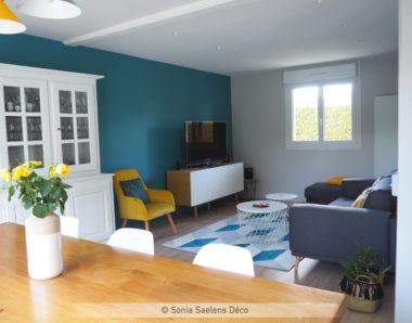 Comment créer une ambiance lumineuse et colorée dans une pièce de vie avec cuisine ouverte